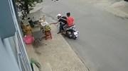 Thanh niên đi SH Mode trộm sầu riêng trên phố