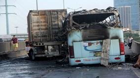 Hà Nội: Xe khách và container va chạm bốc cháy dữ dội, một phụ nữ tử vong