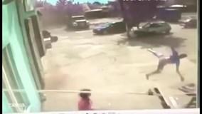 Lốc xoáy khủng khiếp cuốn người bay lên trời