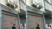 Hai con bị kẹt đầu, treo lủng lẳng ngoài cửa sổ vì bố mẹ 'bận' đi đánh bạc