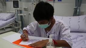 Đội bóng nhí Thái Lan vẽ tranh và gửi lời cảm ơn thế giới