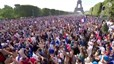 Triệu người Pháp chạy bộ vào trung tâm Paris ăn mừng chiến thắng
