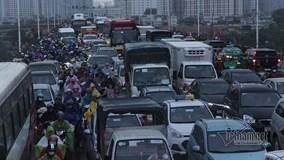 Hà Nội: 4 xe đâm nhau, nghìn người khổ sở chôn chân trên cầu trong mưa