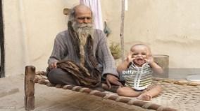 Người đàn ông gần 40 năm không tắm để... sinh con trai