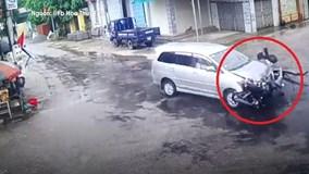 Xe máy tông trực diện nát đầu ôtô, nam thanh niên nguy kịch