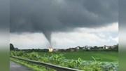 Vòi rồng khổng lồ xuất hiện gần cao tốc Pháp Vân - Cầu Giẽ