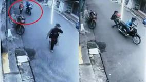 Giằng co với tên cướp khi đang bế con, người phụ nữ trượt gối dưới đường