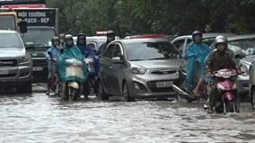Xe cộ 'bơi' trên đường, dân Thủ đô quăng lưới bắt cá ngay giữa phố
