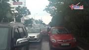 Hò nhau đẩy ô tô trên đại lộ Thăng Long tắc hàng cây số vì mưa ngập