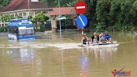 Ngập sâu chia cắt, xe khách chết đắng, thuyền chạy phăng phăng trên quốc lộ