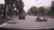 Hai nữ 'Ninja' mải tán gẫu, tự đâm vào nhau ngã trước đầu ô tô