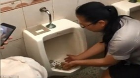 Trung Quốc: Ăn đồ ăn trong bồn tiểu để chứng minh nhà vệ sinh sạch sẽ