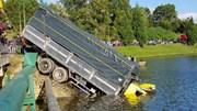 Xe tải mất lái, lao xuống hồ Xuân Hương Đà Lạt chìm nghỉm