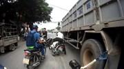 Người đàn ông thoát chết trong gang tấc khi lấn làn vượt ẩu xe tải