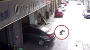 Bố lùi xe thiếu quan sát đã cán qua người con trai 3 tuổi