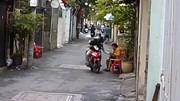 Ngồi đếm tiền trước cửa nhà, người phụ nữ bị cướp giật phăng túi xách