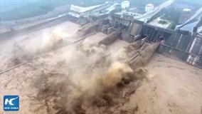 Rợn tóc gáy xem đập thủy điện Trung Quốc xả lũ