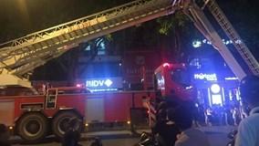 Cháy nhà 4 tầng tại Hà Nội, lính cứu hỏa giải cứu 7 người mắc kẹt