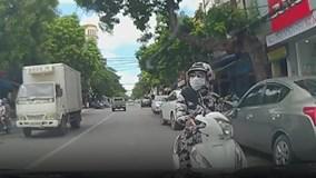 Nữ 'ninja' dừng xe ở làn ngược chiều, nghênh ngang đối đầu ô tô