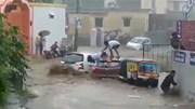 Lũ cuốn phăng ô tô, 4 người thoát chết trong gang tấc