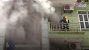 Cháy nhà 5 tầng, trèo thang chuyên dụng phá cửa dập lửa