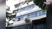 Người mẹ liều mình ném 2 con xuống đất từ tầng 5 căn hộ bốc cháy