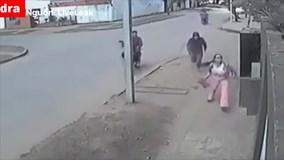 Người phụ nữ nhanh trí ném túi xách qua tường nhà khi bị cướp