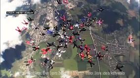 'Biệt đội hoa hồng' lập kỷ lục nhảy dù xếp hình trên không chưa từng có