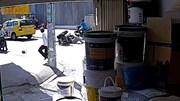 Chủ nhà lao ra nhanh như cắt, kéo 2 kẻ trộm sơn ngã sấp mặt