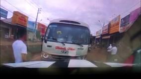 Tài xế xe khách chạy ngược chiều xem thường mạng sống hành khách