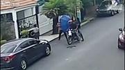 Chưa kịp ra tay, 2 tên cướp bị nạn nhân đánh phủ đầu phải chạy trối chết