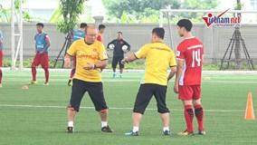 Xem thầy Park và trợ lý 'chỉnh' các cầu thủ U23 Việt Nam trên sân tập