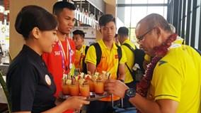 U23 Việt Nam selfie với người Indo, chuẩn bị buổi tập đầu tiên ở Cikarang