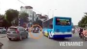 'Hung thần' xe buýt hất văng xe máy khi đột ngột quay đầu