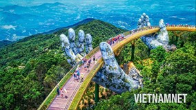 Dạo bước qua 'bàn tay của trời' trên Cầu Vàng ở Đà Nẵng