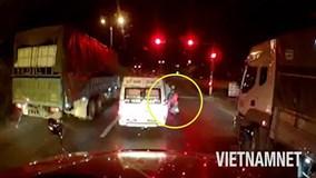 """Xe máy chở theo trẻ em vẫn hùng hổ lao lên """"quyết chiến"""" với xe khách"""