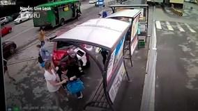Đạp nhầm chân ga, nữ tài xế đâm hàng loạt người đi bộ