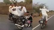 Cụ ông đứng trên yên xe máy nhảy múa phóng băng băng trên cao tốc