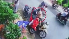 Đi SH trộm đồ bị bắt tại trận, người đàn ông thản nhiên lái xe tẩu thoát