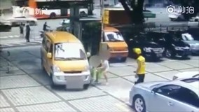 Người phụ nữ nhẫn tâm xô đứa trẻ vào ô tô để ăn vạ tài xế