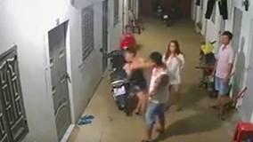 Bức xúc clip gã xăm trổ đánh tới tấp 2 cô gái trong khu nhà trọ