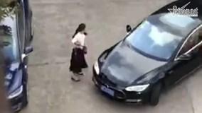 Bị chọc tức, nữ tài xế lái ô tô trả thù cực nguy hiểm