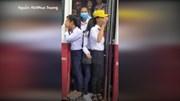 Học sinh đu bám trên cửa xe buýt chạy phăng phăng trên quốc lộ