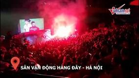 Dân Thủ đô trùm thùng carton, dầm mưa cổ vũ U23 Việt Nam đá tứ kết ASIAD