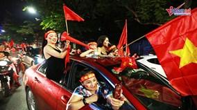 Cờ hoa rợp phố mừng Olympic Việt Nam chiến thắng, lần đầu vào bán kết ASIAD