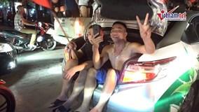 Ngồi cốp ô tô, đứng nóc xe tải xuống đường mừng U23 Việt Nam vào bán kết