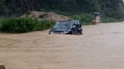 Sơn La: Quốc lộ 6 thành sông, ô tô liều mình lao như xe lội nước