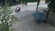 Xe máy sang đường như trong sân nhà, bị xe tải đâm thảm khốc
