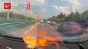 Điện thoại bất ngờ nổ và cháy dữ dội trong xe ô tô