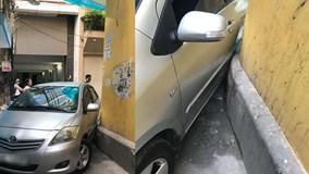 Ô tô mắc kẹt trong ngõ nhỏ, tài xế 'tái mặt' vì hành động của người phụ nữ